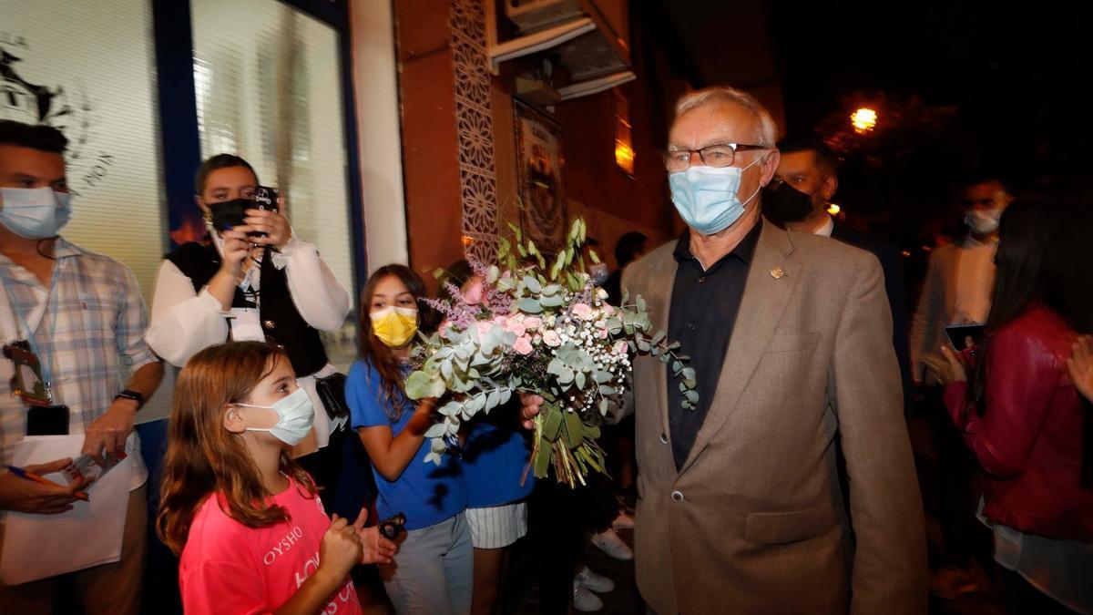 Joan Ribó llega al casal de Nerea López para saludar a la nueva fallera mayor infantil 2022