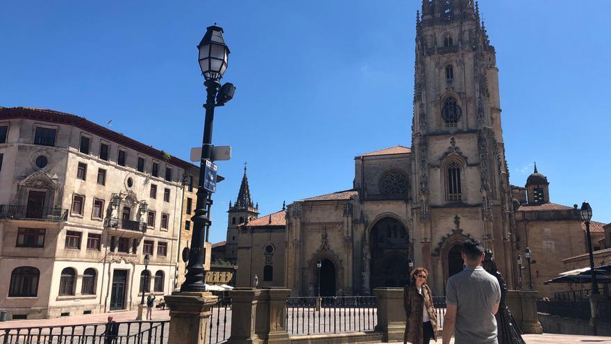 Los asturianos se echan a la calle para disfrutar de un sábado de sol y calorín