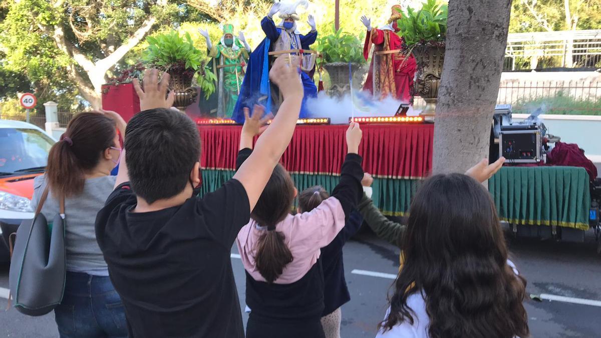 Los Reyes Magos de Oriente saludan a unos niños en La Orotava.