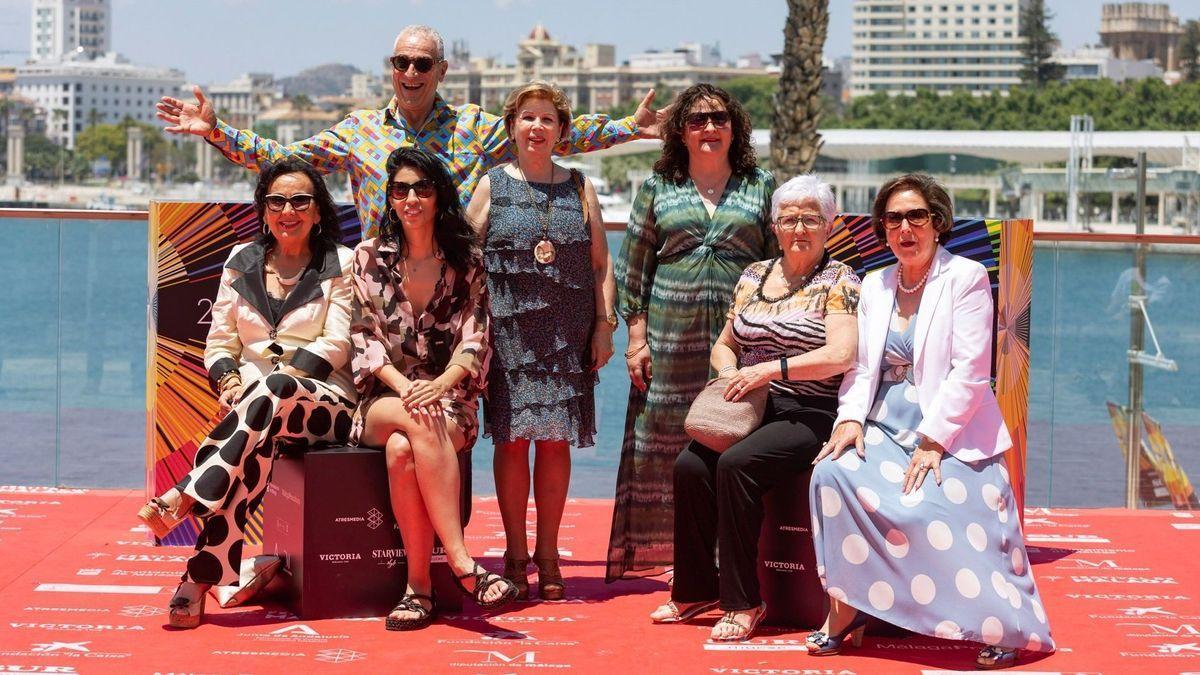 La directora de 'Destello vacío' Ainhoa Rodríguez, segunda por la izquierda, con el productor Luis Miñarro y actrices de la película.
