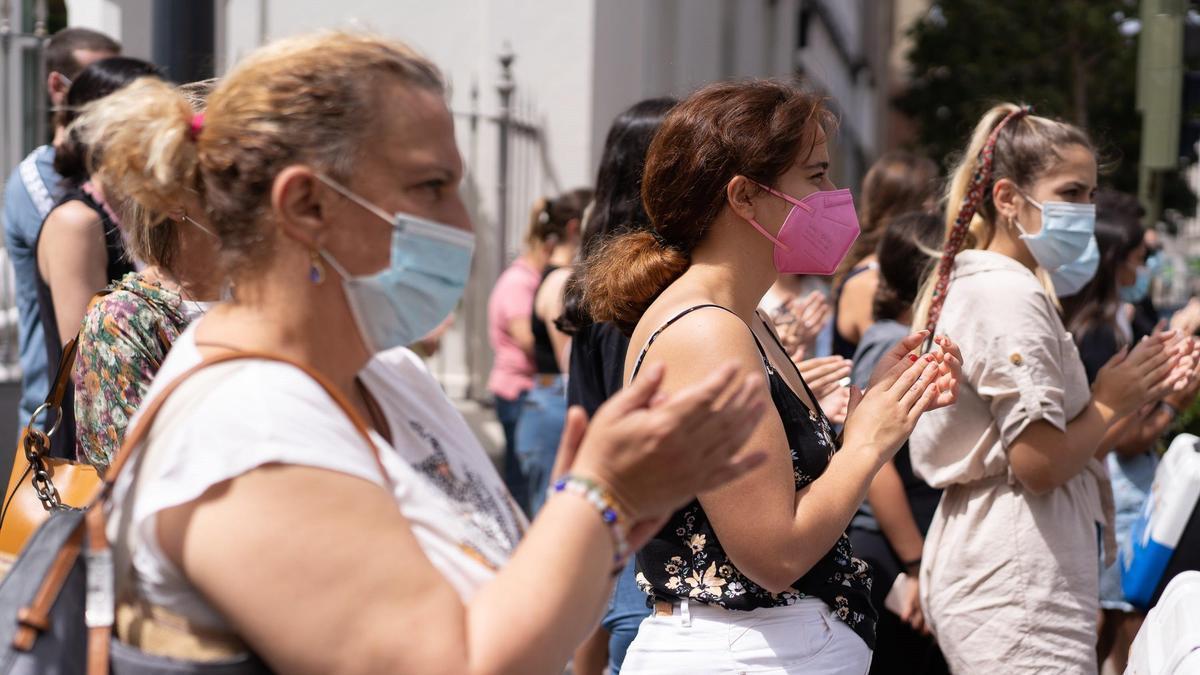 Ciudadanos se concentran junto al ayuntamiento de Santa Cruz de Tenerife por el caso de las niñas Anna y Olivia y en solidaridad con su familia.
