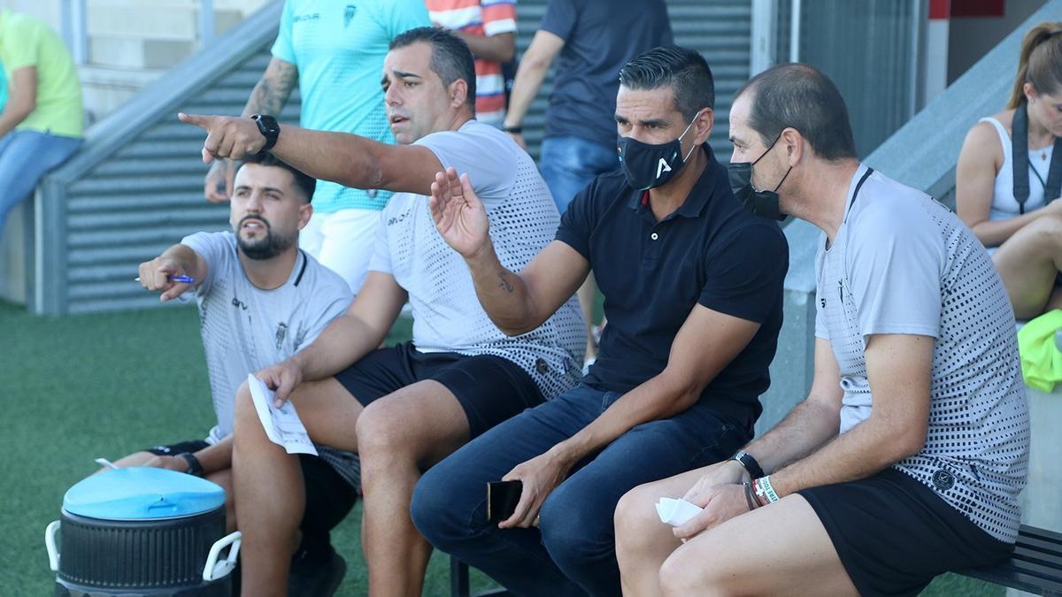 Germán Crespo, con el director deportivo Juanito a la derecha de la imagen, en el banquillo del Manuel Polinario.