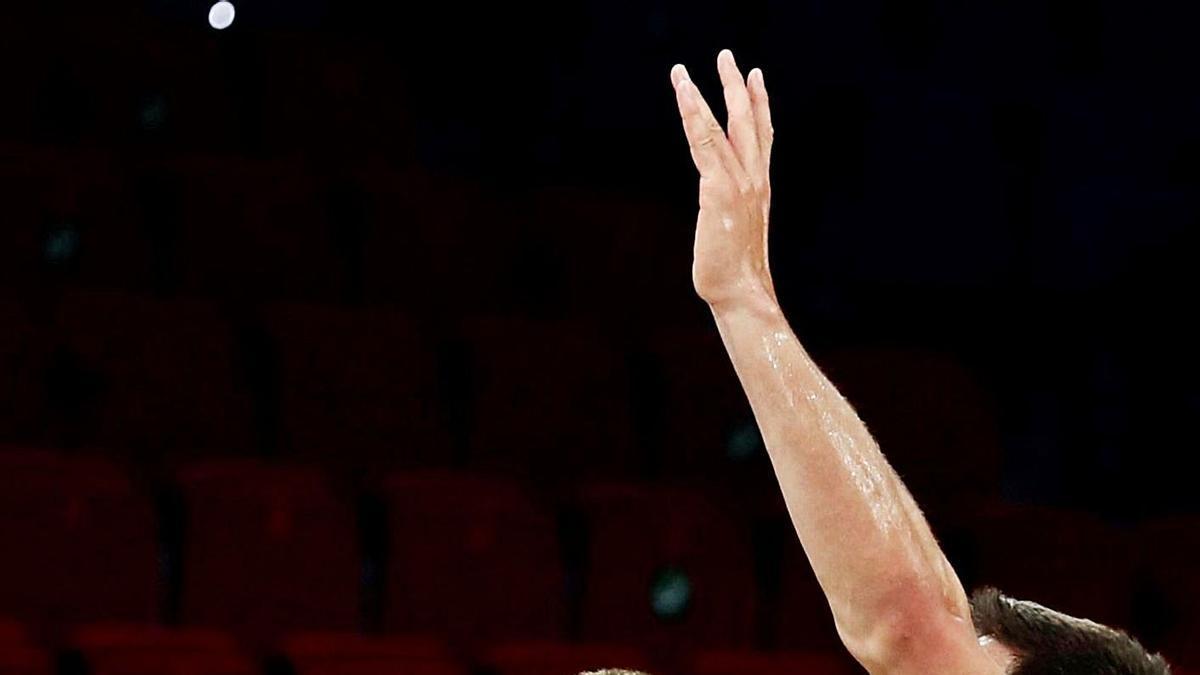 Giedraitis intenta ganar la posición ante Van Rossom, ayer en el Buesa Arena de Vitoria. | EFE/DAVID AGUILAR