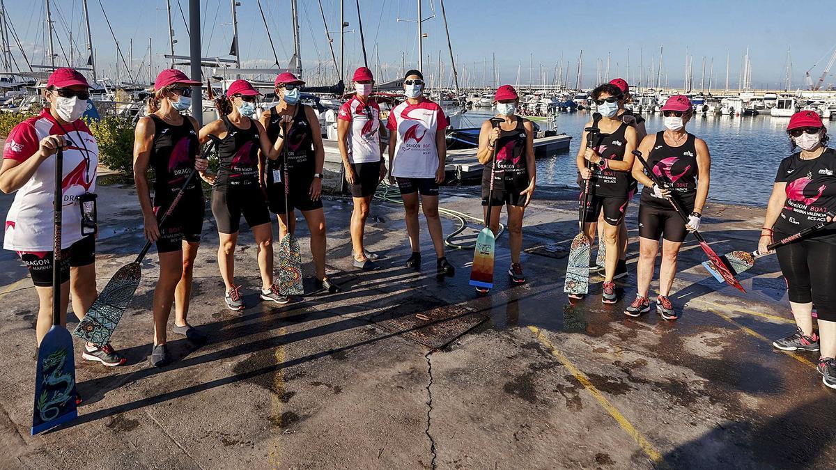 Un grupo de mujeres del equipo Dragon Boat Marina València posa tras una jornada de entrenamie nto.   F. BUSTAMANTE