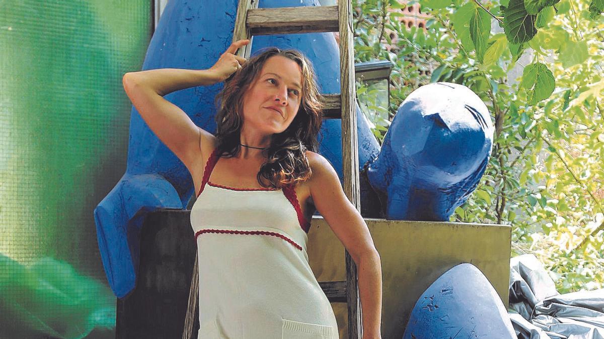 Sofía Gea con una obra de 'Emergentes' en su taller de La Casa de Cristal.