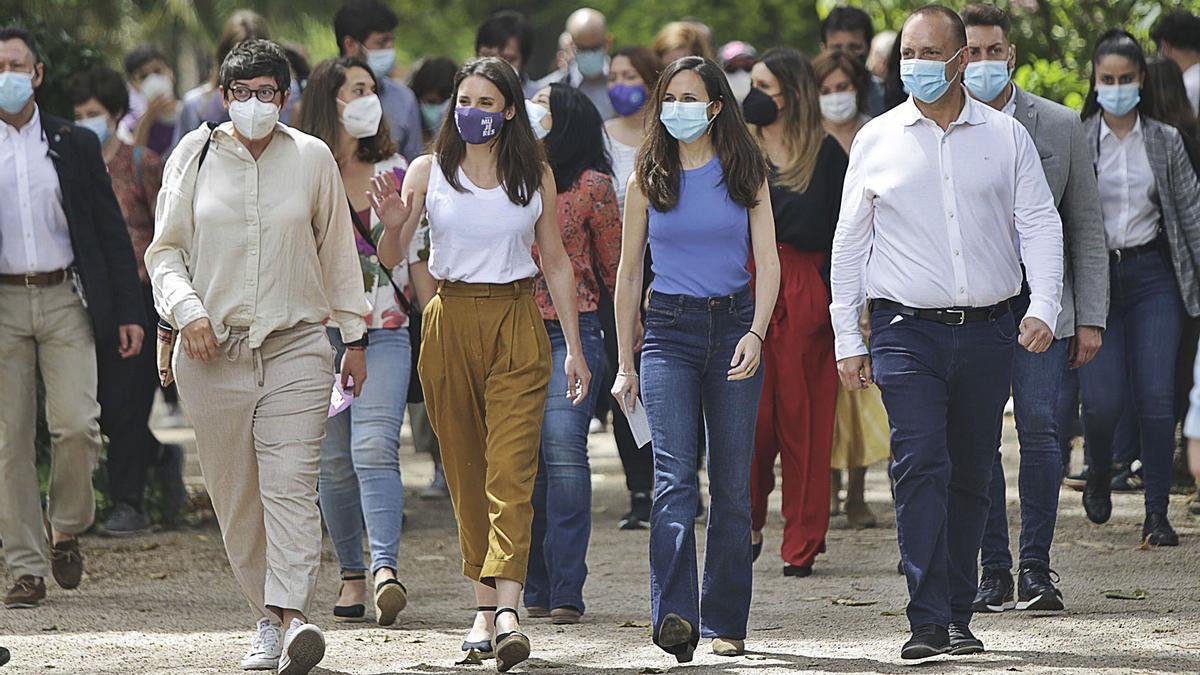 En el centro, Irene Montero e Ione Belarra junto a Pilar Lima y Rubén Martínez Dalmau, ayer en València. | EDUARDO RIPOLL