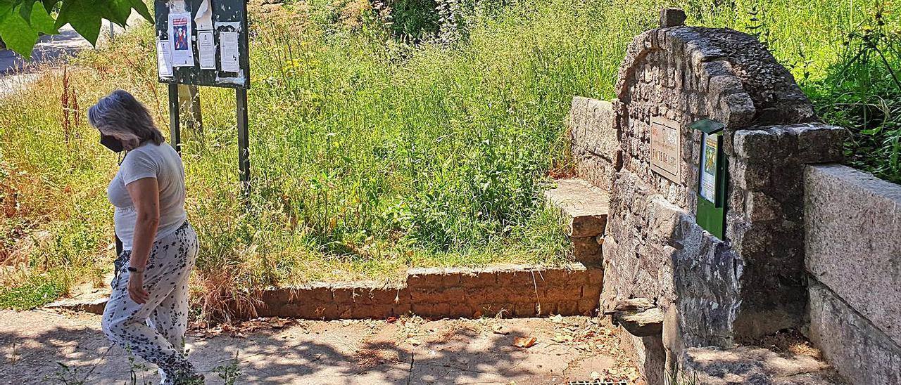 La Fonte da Lata de Vilar de Infesta, ayer, señalizada como no apta para el consumo humano.