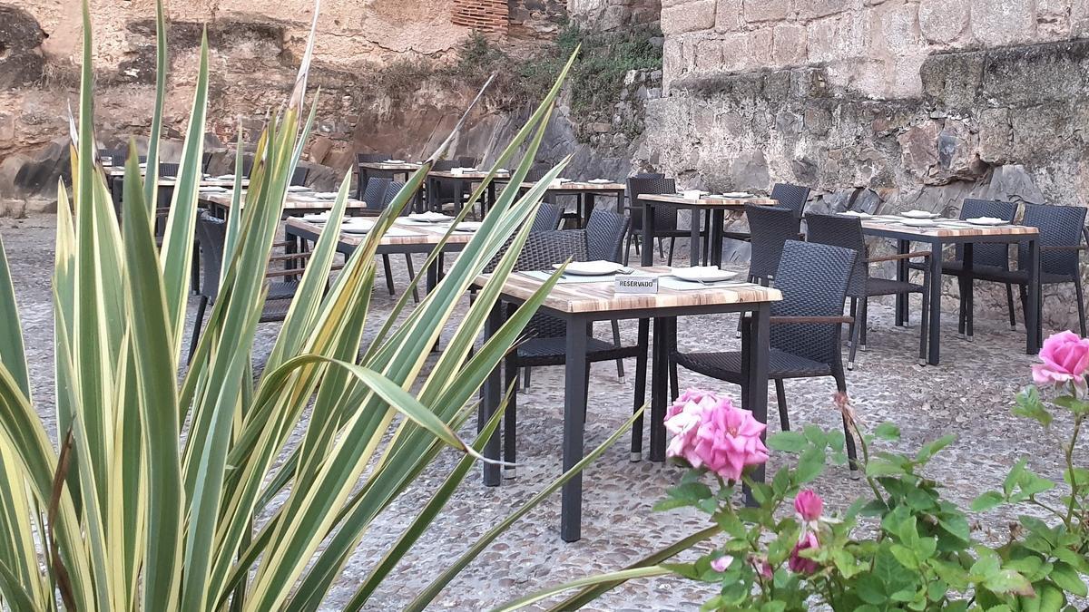 Bouquet/ Mesas de la tapería restaurante en la céntrica plaza de Las Piñuelas