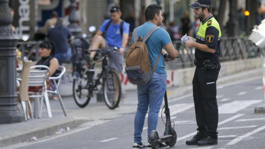 Así es el infractor que conduce patinetes en València: hombre, joven y sin casco