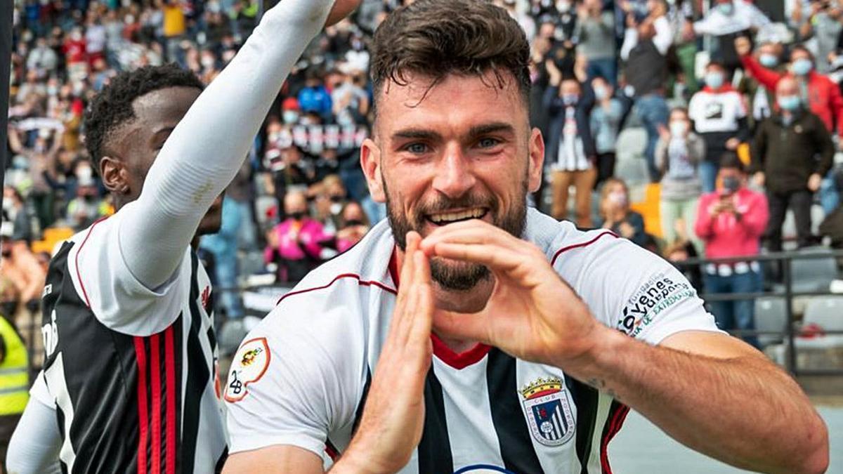 Pablo Vázquez celebra un gol con el Badajoz.