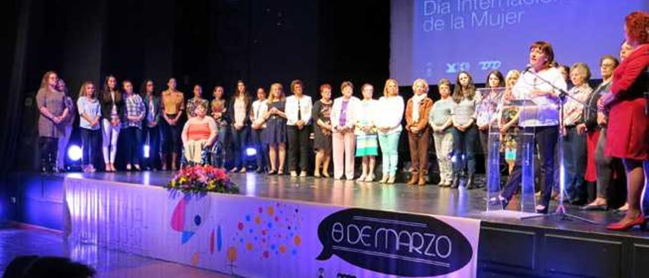 Mujeres de 31 colectivos sociales de Santa Lucía que recibieron anoche un homenaje en el centro cultural El Cine de Sardina del Sur.