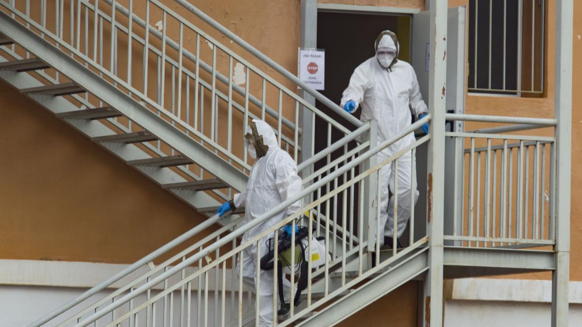 Trabajadores de una residencia de Carlet, protegidos del virus con EPIs.