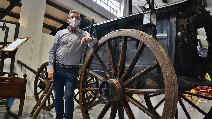 "Ángel Menéndez, l'entamador que rexenta en Balmonte un muséu con más de 1.000 pieces antigües: ""Tenía que da-yos dalgún fin y esti ye'l meyor"""
