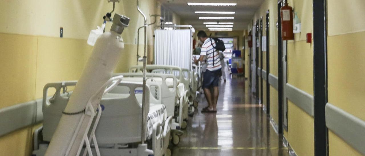 Camas en los pasillos de Urgencias del Hospital de Sant Joan, en una imagen tomada a mediodía de ayer.
