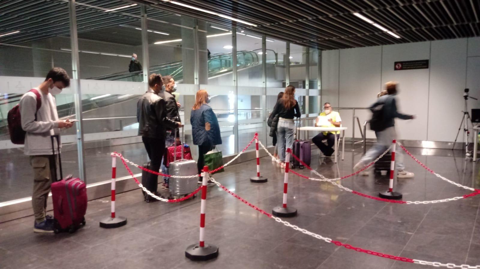 Sanidad sigue sus controles en los aeropuertos