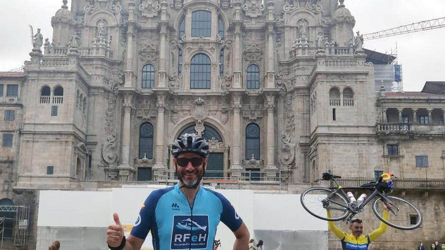 Los ultraciclistas Carles Ros y Jorge Cebrián unen Caravaca con Santiago de Compostela
