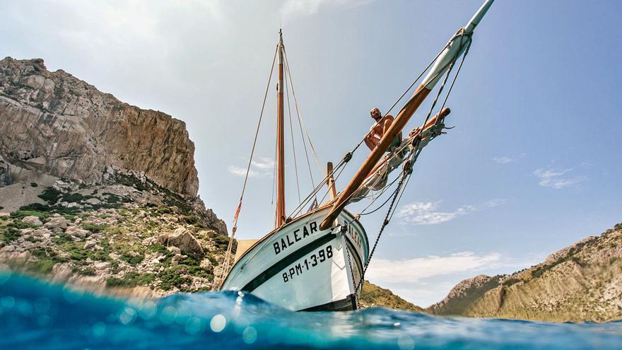 Los 'mestres d'aixa' del Consell recuperan todos los barcos de madera que se abandonan