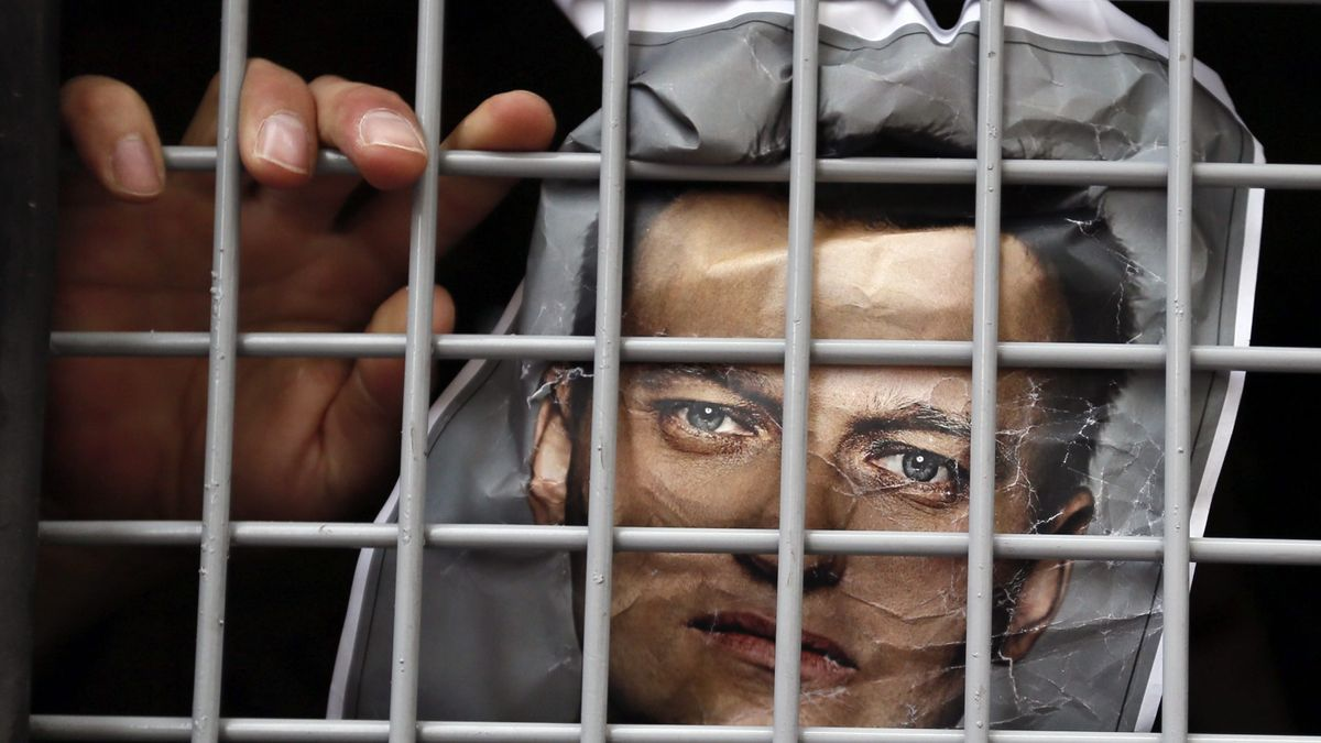 Navalni vuelve a comer, pero un centenar de rusos sigue en huelga de hambre.
