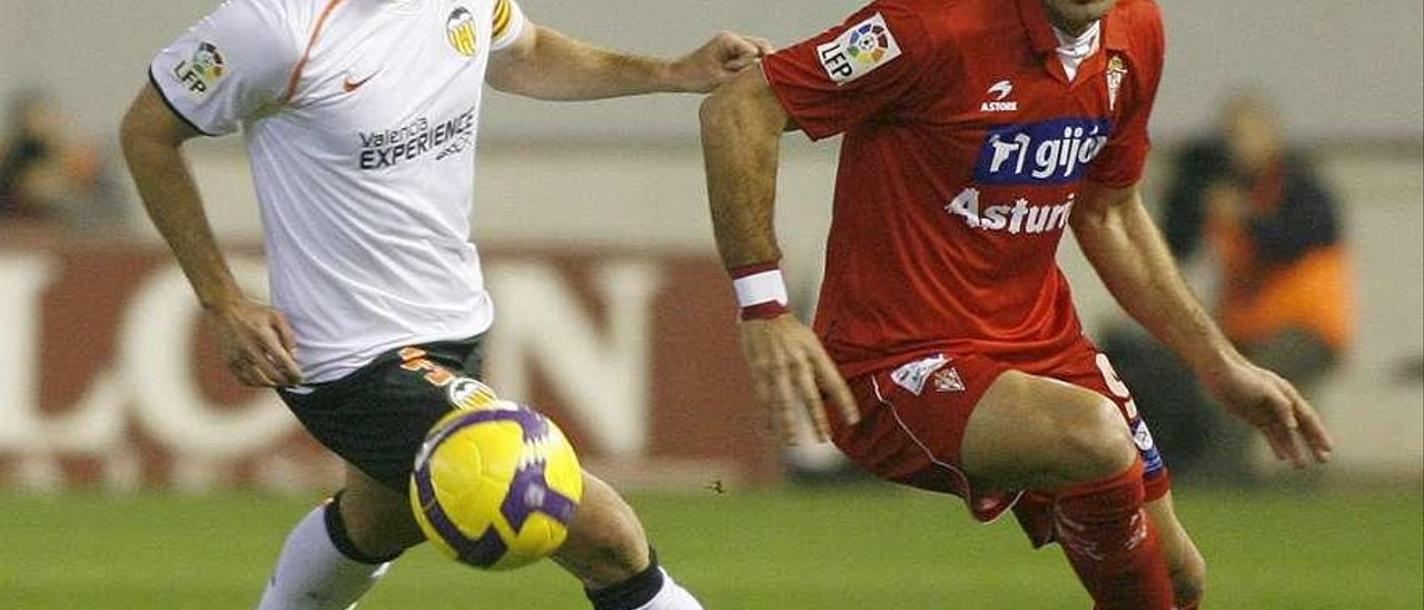 Bilic disputa un balón con Marchena.