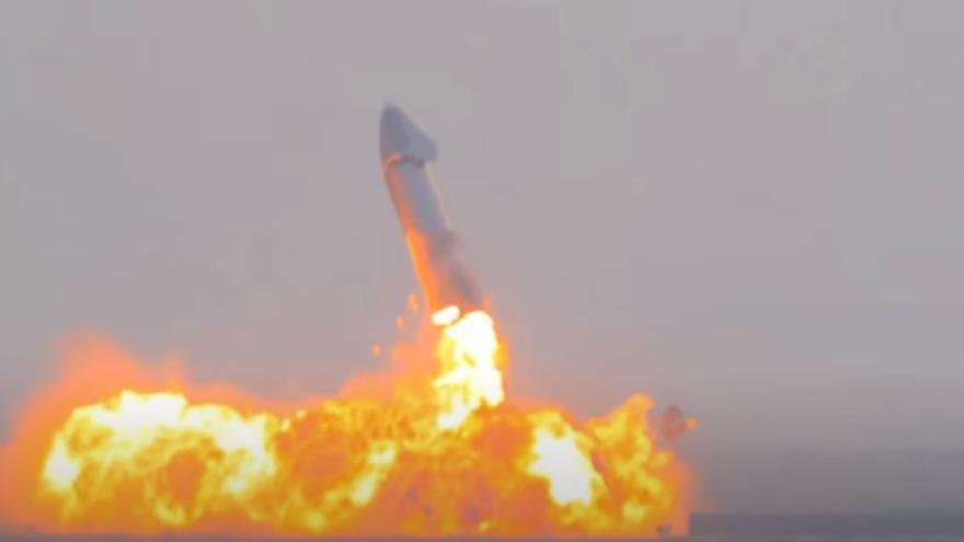 Así ha sido la enorme explosión del prototipo Starship de SpaceX tras aterrizar con éxito