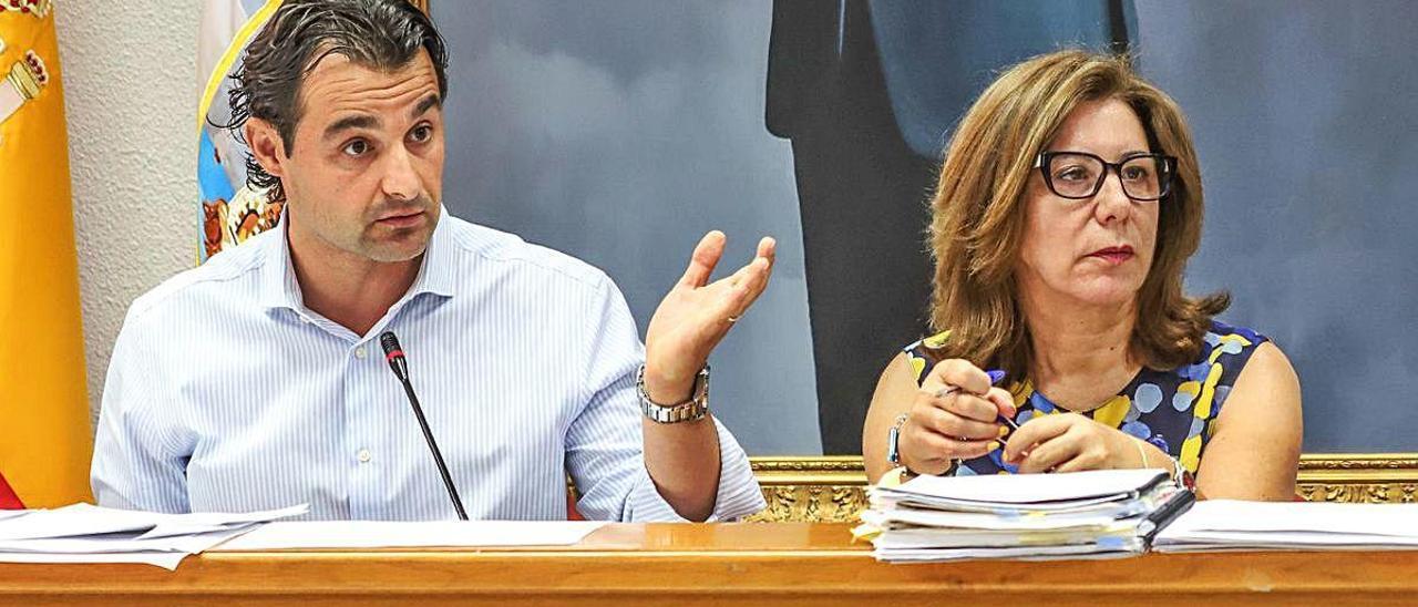 El alcalde, Eduardo Dolón, junto a la secretaria Pilar Vellisca.