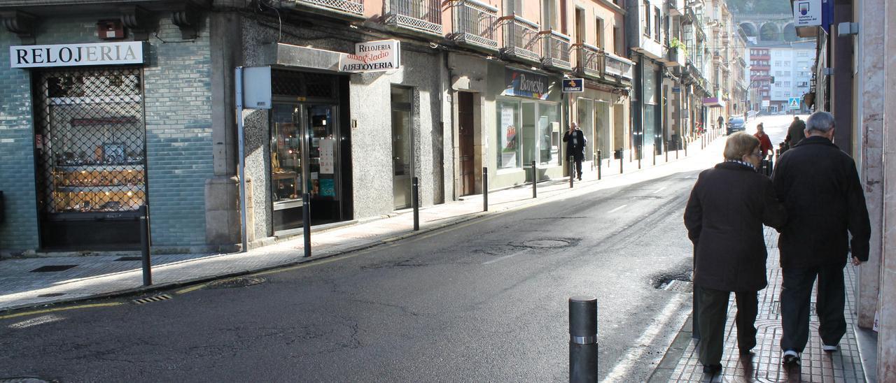 Una de las calles de Luarca con establecimientos comerciales