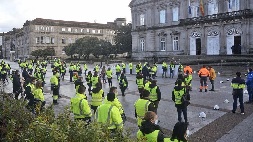 Trabajadores de Ence escenifican la muerte del empleo en la fábrica ante la Diputación