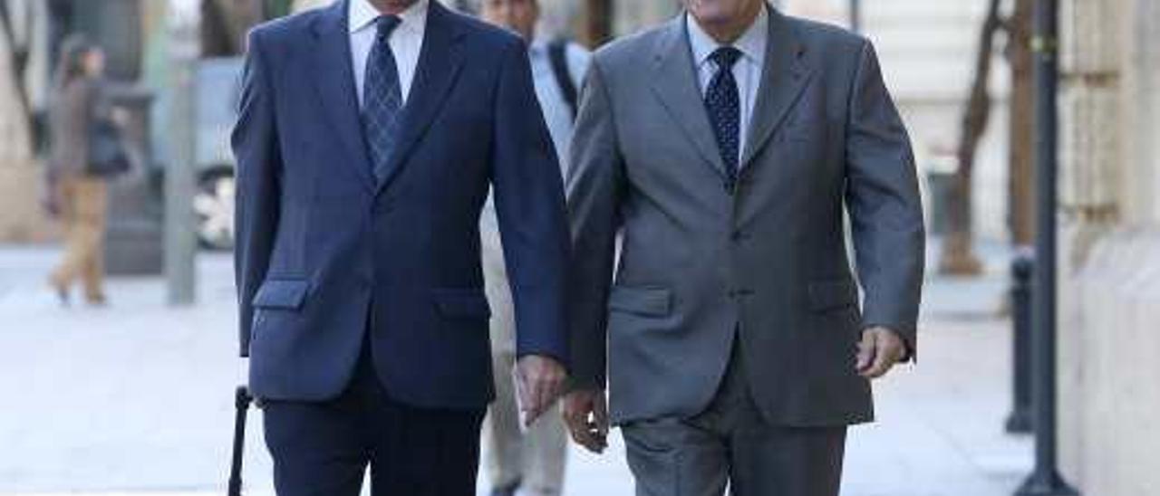 Pedro Hernández Mateo a la entrada del Tribunal Superior de Justicia, junto a su letrado.