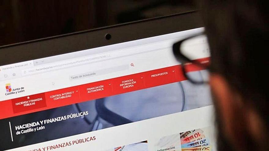 Un joven navega por la página web de la Junta.