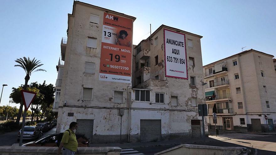 Vecinos de edificios en ruina en «San Antón» permiten publicidad en las fachadas sin permiso