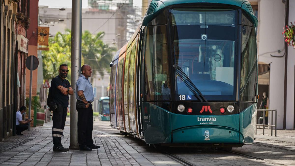 Uno de los tranvías entre las paradas de Teatro Guimerá y Fundación.
