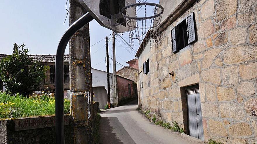 El proyecto del Camiño Real coloca canastas en plena calle y desata quejas vecinales en Vilela