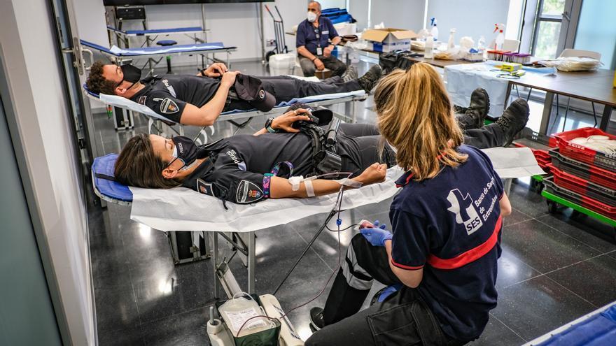 Maratón policial de donación de sangre en la jefatura de Valdepasillas