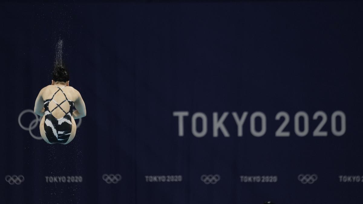 Una gimnasta entrena antes de sus estreno en los JJOO de Tokio.