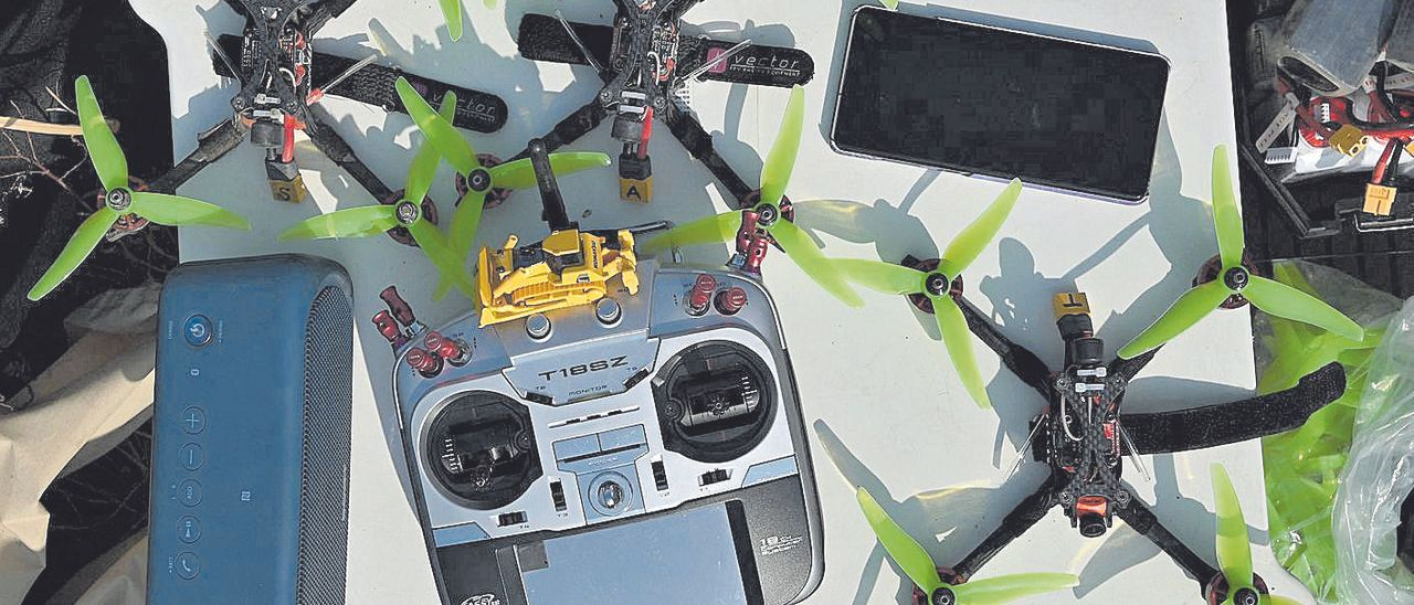 Varios drones y un controlador, dispuestos para ser utilizados en una sesión de entrenamiento.