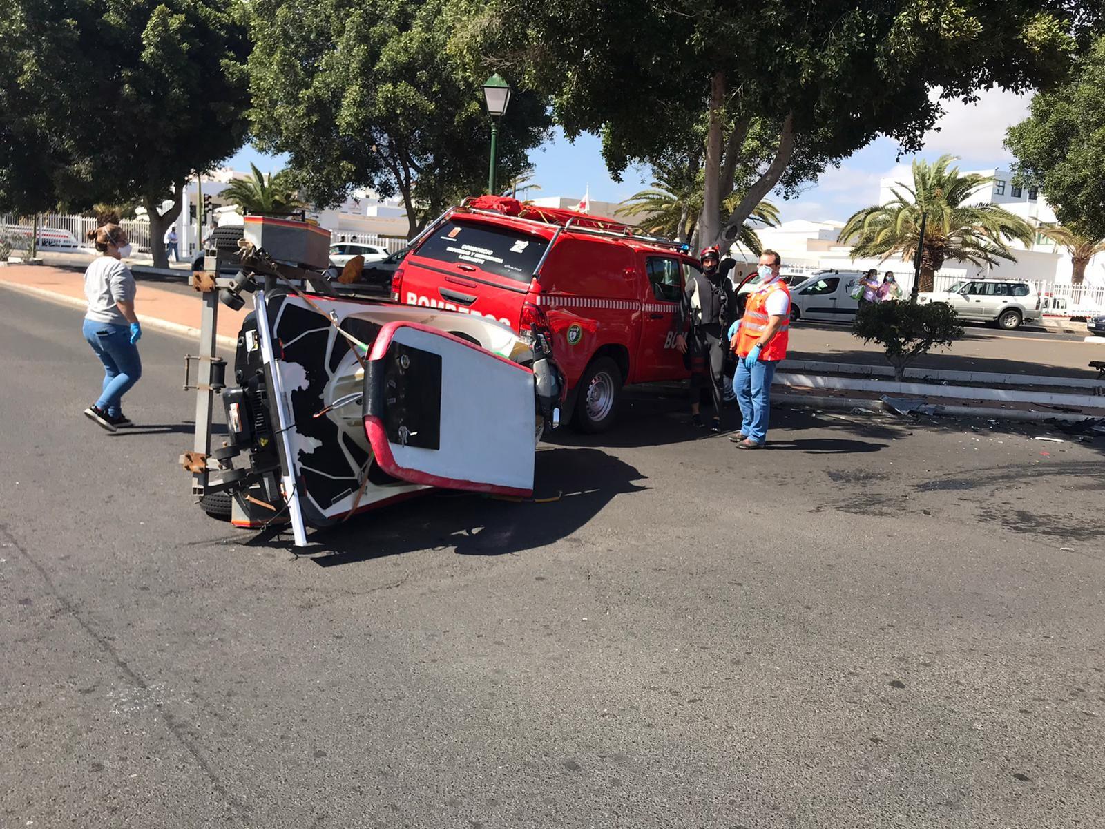 Un vehículo de los bomberos sufre un accidente en Arrecife cuando acudía a un rescate