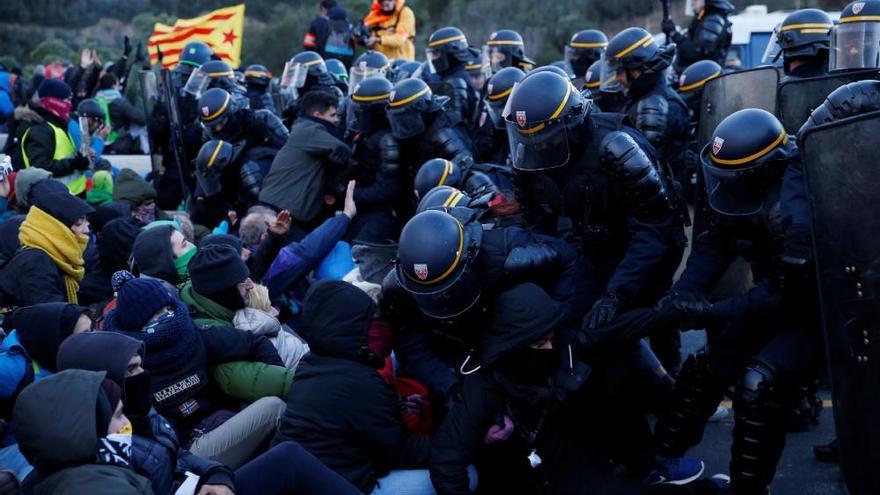 La Gendarmeria francesa retira els manifestants de l'AP-7