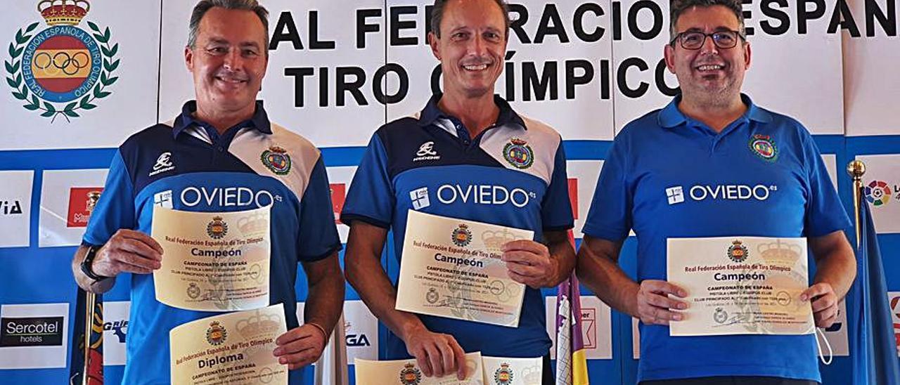 Por la izquierda, José Antonio González, Martín Castro y Luis Enrique García, campeones en pistola libre.   LNE
