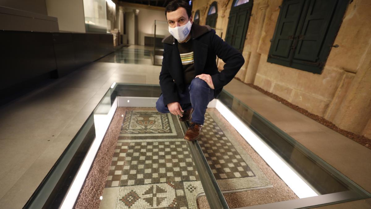 Juan Muñiz, sobre el mosaico de Memorana, en el Arqueológico.