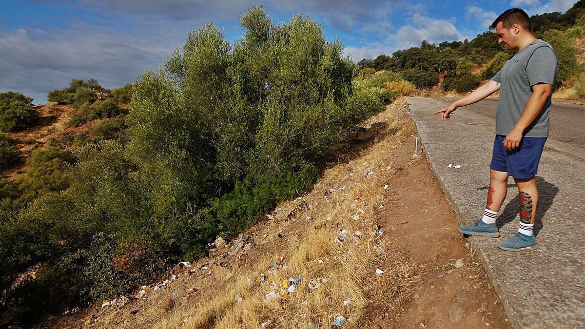 Un senderista señala algunos de los residuos acumulados, en una imagen de ayer.