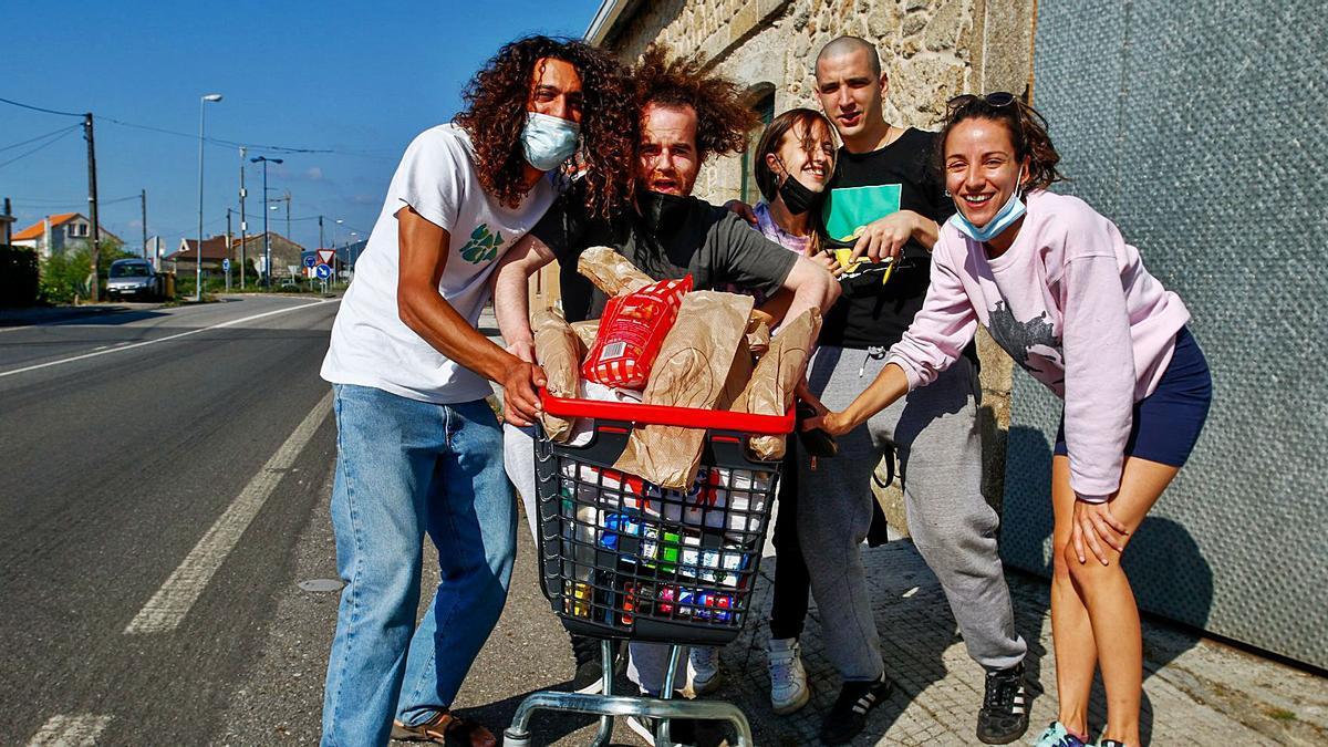 Un grupo de jóvenes de Corón apura la compra para la celebración de la fiesta de San Xoán en una casa particular.  | // IÑAKI ABELLA