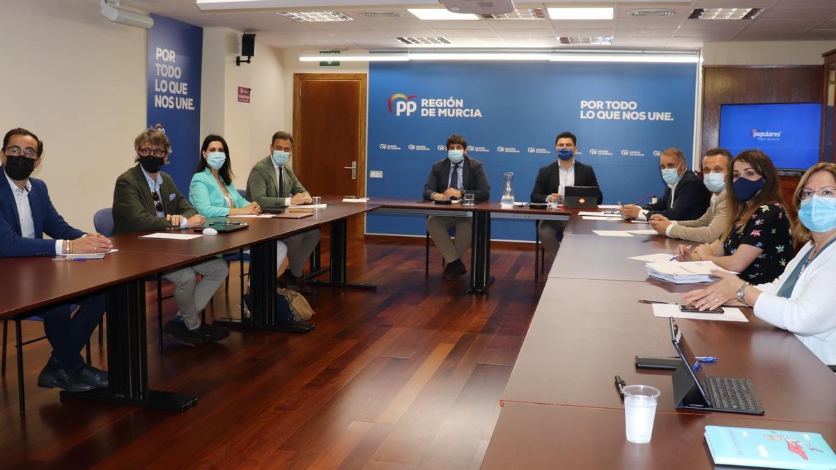 Comité ejecutivo y la junta directiva del PPRM, presidida por Fernando López Miras