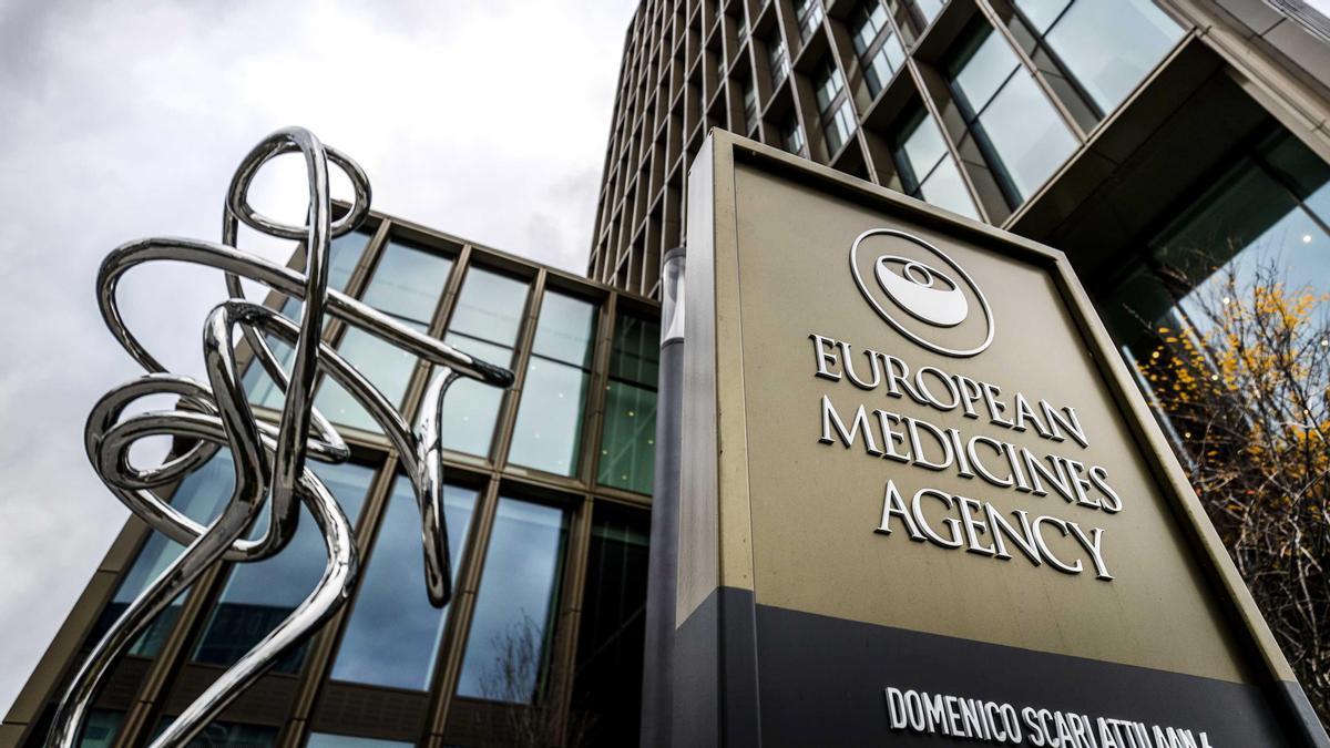 """La EMA cree que combinar vacunas es """"seguro y eficaz""""."""