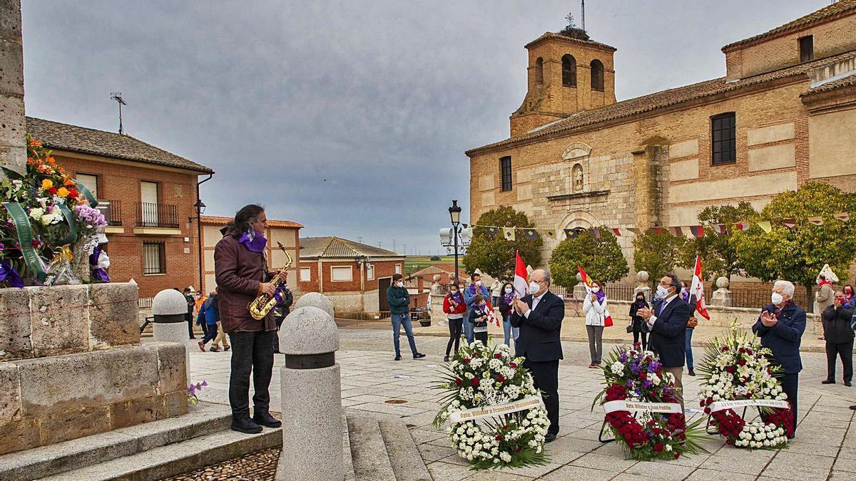 Ofrenda floral ante el momumento en recuerdo de los comuneros. | J. M. - Ical |  ICAL