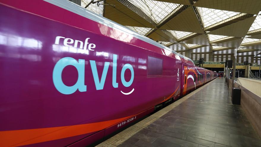 El nuevo Avlo de Renfe hace su entrada en la estación Delicias de Zaragoza