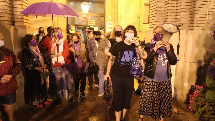 Ni la lluvia silencia el clamor de Zaragoza contra los últimos feminicidios ocurridos en España