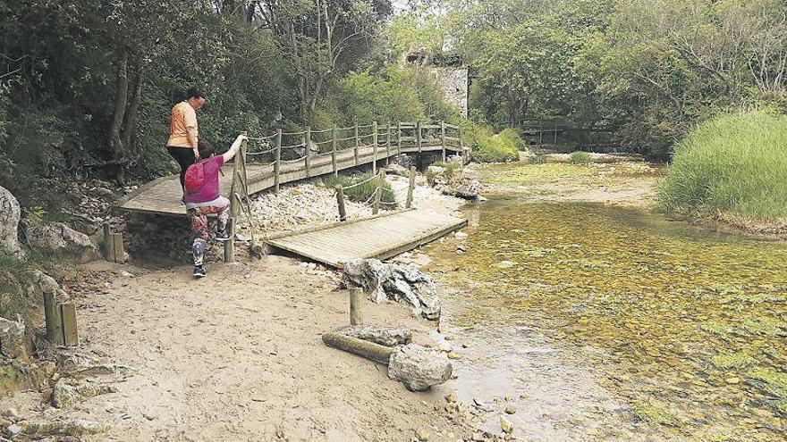 Llanes exige a Costas el arreglo del puente de la playa de La Güelga