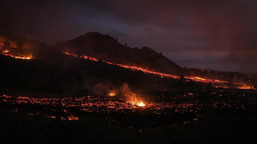 La lava sigue saliendo con fuerza del volcán de La Palma.