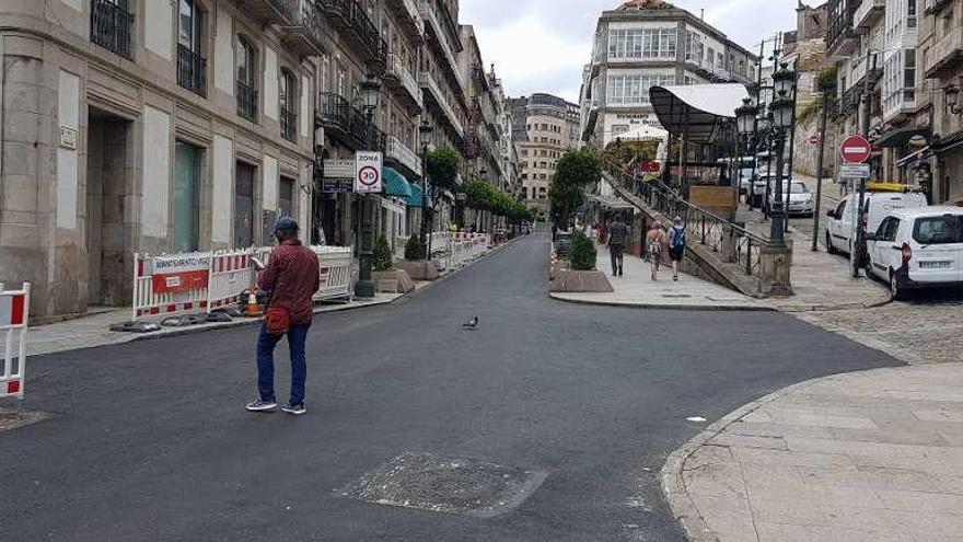 El Concello ultima la reapertura de Carral y Victoria tras eliminar los polémicos adoquines