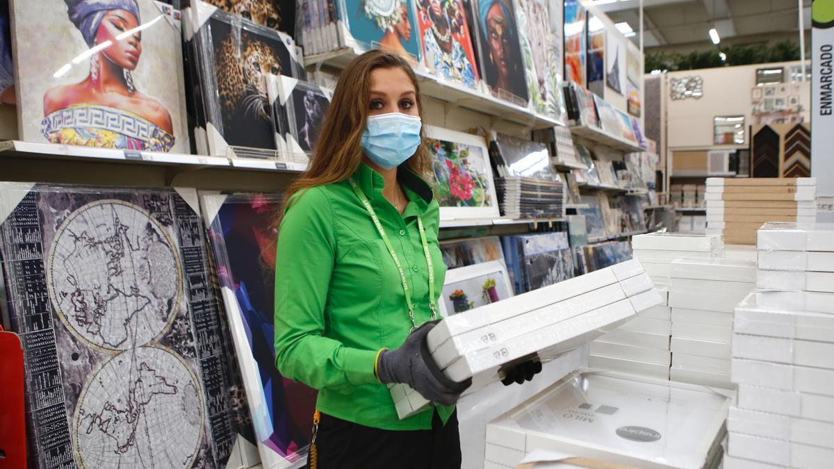 Soledad Correas, en su puesto de trabajo, en la sección de decoración de Leroy Merlin.